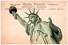 自由女神像在纽约,在乌贼属葡萄酒明信片背景,在几种语言的词明信片的拼贴画 图库摄影