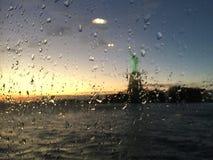 自由女神像在玻璃后的雨中 免版税库存图片