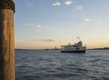 自由女神像巡航小船 库存照片