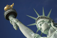 自由女神像明亮的蓝天火炬特写镜头画象  库存照片