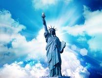 自由女神像有云彩天空背景 免版税图库摄影
