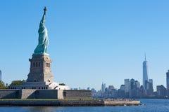 自由女神像海岛和纽约地平线,蓝天 免版税图库摄影