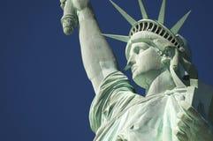 自由女神像特写镜头水平蓝天的外形 图库摄影