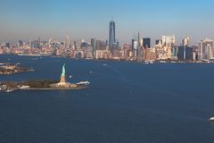 自由女神像直升机视图在背景街市曼哈顿的 鸟瞰图 自由IslandManhattan,纽约,新 免版税库存照片