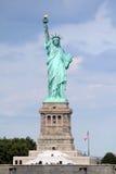 自由女神像雕塑,在自由女神岛在中间 图库摄影