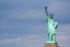 自由女神像雕塑,在自由岛在中间 库存图片
