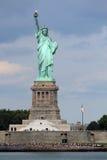 自由女神像雕塑,在自由岛在中间 库存照片
