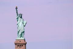 自由女神像雕塑,在自由岛在中间 免版税图库摄影