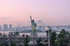 自由女神象与彩虹桥梁的在Odaiba海滨公园 图库摄影