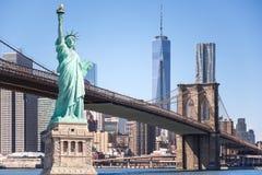 自由女神象和布鲁克林大桥有世界贸易中心背景,纽约地标  库存图片