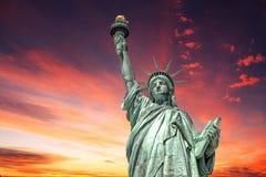 自由女神象在剧烈的岗位核战争天空背景的纽约 库存图片