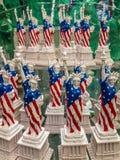 自由女神象在架子的在礼品店 免版税图库摄影