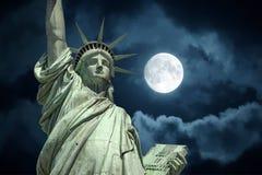 自由女神象在满月天空的纽约 库存图片