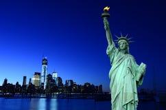 纽约地平线和自由女神象, NYC,美国 免版税库存图片