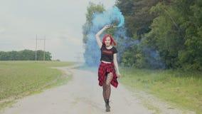 自由妇女跳舞用在乡下公路的烟幕弹 股票视频