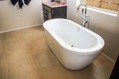 自由常设浴缸在现代卫生间里 图库摄影