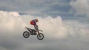 自由式与摩托车的摩托车越野赛把戏在蓝色云彩天空的背景 德语Stuntdays,策尔布斯特- 2017年, Juli 08 免版税库存照片