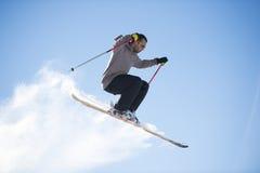 自由式与横渡的滑雪的滑雪跳高者 图库摄影