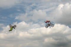 自由式两名摩托车骑士摩托车越野赛把戏蓝色云彩天空的背景的 极其体育运动 德语Stuntdays,策尔布斯特- 2017年 库存照片