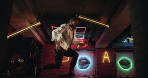 自由式使芭蕾舞蹈艺术惊奇的舞蹈家展示在与惊人的光的酒吧桌背景跳舞 股票视频