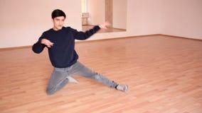 自由式舞蹈家在演播室 影视素材