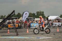 自由式motoshow在德国 Motorider准备好跳跃 观众盼望 极其体育运动 德国特技 免版税库存照片