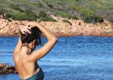 自由感觉-塑造女孩画象比基尼泳装的 免版税库存图片