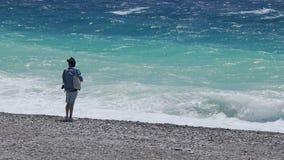 自由旅游充电从海与正面能量,放松和享用 影视素材