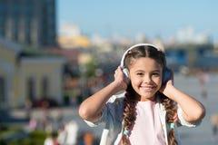 自由样式旅行 令人激动的旅途通过城市和博物馆 音频游览耳机小配件 城市指南和 库存照片