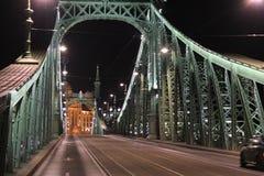 自由桥梁在夜之前在布达佩斯-在夜之前 库存图片