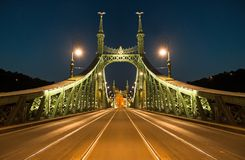 自由桥梁在布达佩斯在夜之前 库存图片