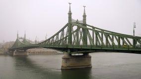 自由桥梁在布达佩斯,匈牙利(有薄雾的早晨) 免版税库存图片
