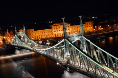 自由桥梁在晚上 库存照片