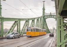 自由桥梁或自由桥梁和电车在布达佩斯 库存图片