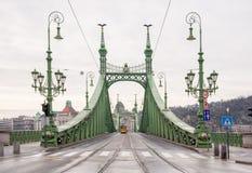 自由桥梁或自由桥梁和电车在布达佩斯 免版税图库摄影