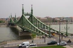 自由桥梁的电车在布达佩斯,匈牙利 图库摄影