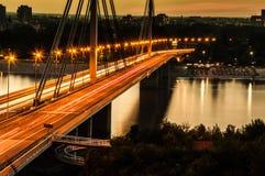 自由桥梁诺维萨德 免版税库存照片