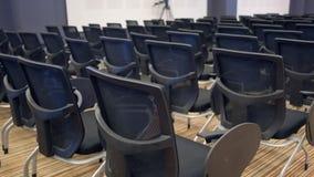 自由椅子或椅子在大厅里 为研讨会或会议做准备 股票视频