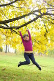 自由的女孩跳的年轻人 免版税库存照片