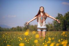 自由的嬉皮在晴朗的草甸 免版税库存图片