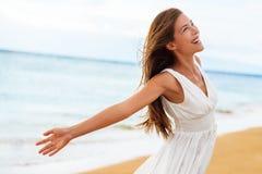 自由的愉快的在自由的妇女开放胳膊在海滩 库存图片