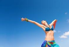 自由的愉快的热带妇女 免版税库存图片