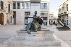 自由的拟人的特写镜头视图在Sigismondo Castromediano雕象的前面的在莱切,意大利 库存照片