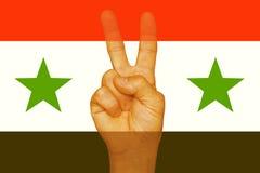 自由的标志在手指的 叙利亚标志 免版税图库摄影