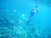 自由的潜水员在深海 免版税库存照片