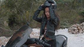 自由的美好的妇女摩托车车手 免版税图库摄影