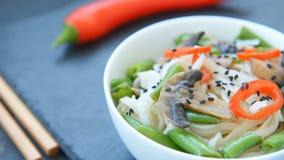 自由的面筋烤了teriyaki蘑菇和芦笋米线 股票视频