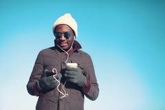 自由的年轻非洲人听的音乐生活方式画象  免版税图库摄影
