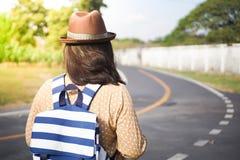 自由站立与被举的胳膊和享受美好的自然的旅客妇女 库存图片