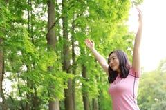 自由粗心大意的causual秀丽女孩拥抱容忍自然在森林公园享受好时间 免版税图库摄影